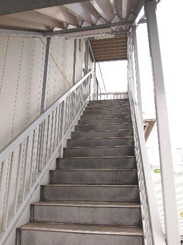 エヌピートランク奥戸(トランクルーム入口階段)